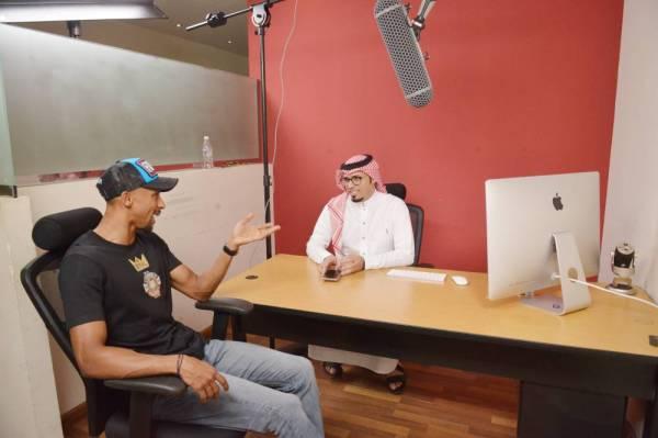 المولد يتحدث للزميل أحمد الداموك. (تصوير: أحمد المقدام)