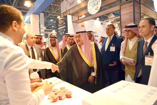 الأمير فهد بن مقرن متفقدا الأجنحة المشاركة في المعرض. (تصوير: أحمد المقدام)