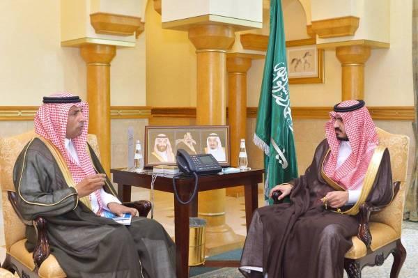 الأمير بدر بن سلطان لدى استقباله مدير عام ميناء جدة.