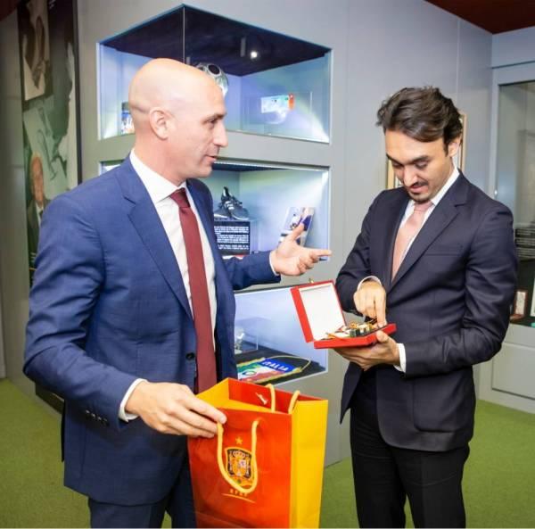 الأمير عبدالعزيز الفيصل يتلقى هدية تذكارية من الاتحاد الإسباني.