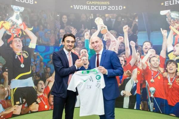 .. ويهدي لويس روبياليس قميص المنتخب.