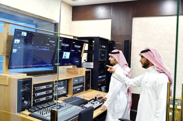 الدكتور عبدالله الرحيمي يستعرض احدث التقنيات المستخدمة في استديوهات الجامعة .