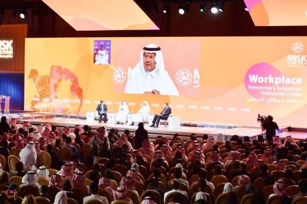 الأمير عبدالعزيز بن سلمان متحدثا في المنتدى.