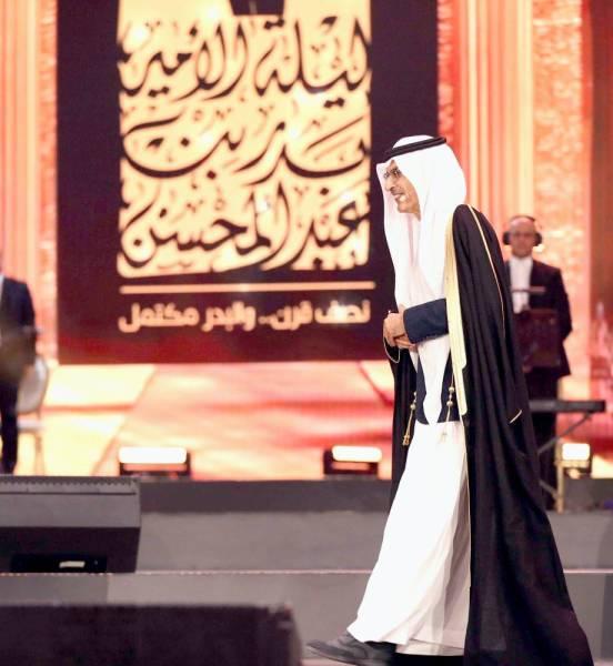 الأمير بدر بن عبدالمحسن  لحظة صعوده خشبة المسرح.