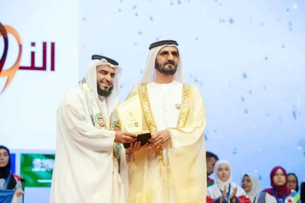 الشيخ محمد بن راشد مكرما أحد مسؤولي المدرسة.
