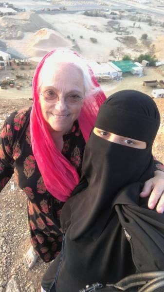 رحالة كندية تحقق أمنيتها بالعيش في منزل أسرة سعودية