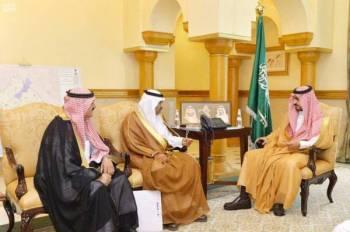 الأمير بدر بن سلطان مستقبلاً رئيس منتدى الإدارة والأعمال.