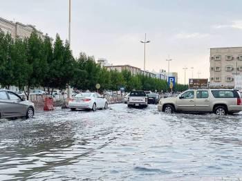 سيارات غارقة في المياه بالطائف بسبب الأمطار.