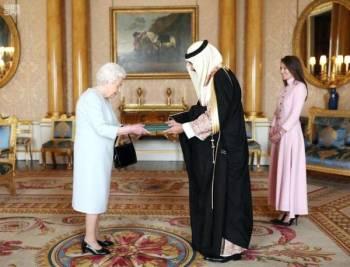 الأمير خالد بن بندر مقدما أوراق اعتماده للملكة إليزابيث.
