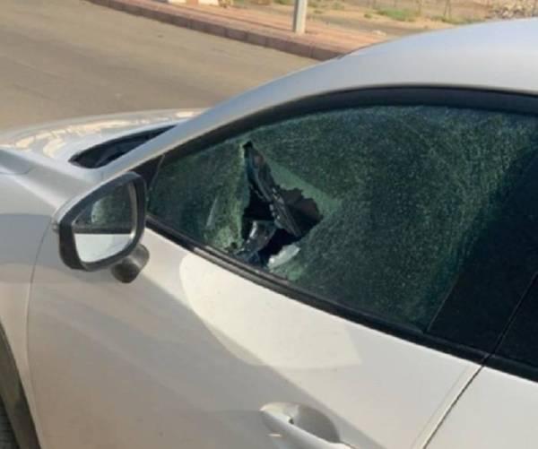 آثار الاعتداء على مركبة المواطنة.
