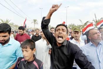 عراقيون يتظاهرون في «جمعة الصمود» عقب الصلاة في مدينة النجف أمس. (أ ف ب)