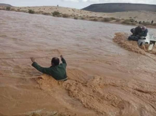 أحد عناصر الإنقاذ أثناء مباشرة انقلاب مركبة السعوديين