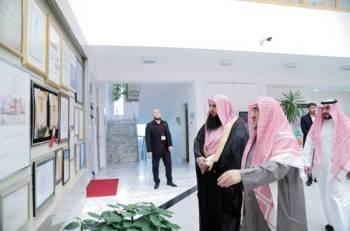 العريفي متجولا في مركز الملك فهد الثقافي بالعاصمة البوسنية سراييفو.