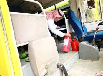متابعة مستمرة لآليات السلامة في الحافلات المدرسية. (عكاظ)