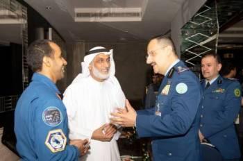 قائد القوات الجوية السعودية في حديث جانبي في معرض دبي.