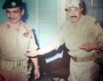 الملك حسين مع الفريق محمد بن عامر عسيري في الأردن عام 1967.