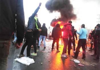 متظاهرون إيرانيون يشعلون النار في عدد من المرافق بالعاصمة طهران.