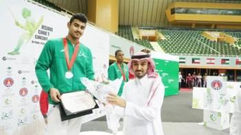 الأمير عبدالعزيز بن تركي متوجا الأبطال الفائزين.