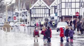 جانب من الفيضانات بالقرب من متحف شكسبير.