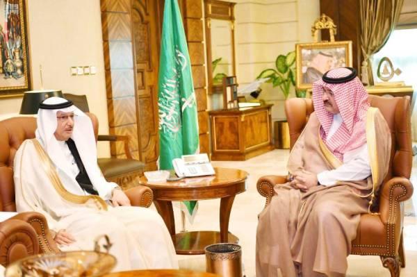 الأمير مشعل بن ماجد مستقبلا العثيمين.