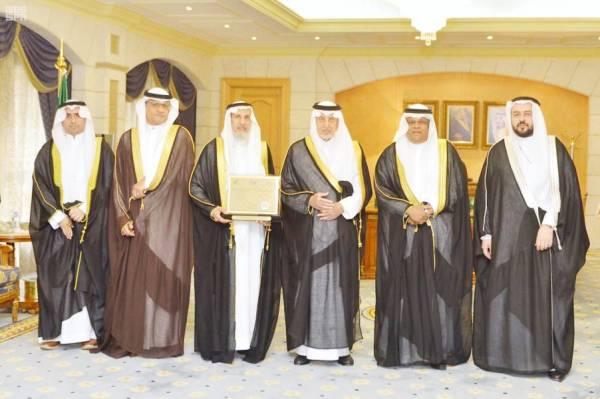الفيصل يتوسط مسؤولي جامعة أم القرى.