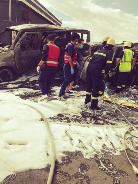 فرق الهلال الأحمر في موقع الحادثة.