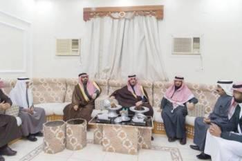 الأمير فيصل بن نواف في مجلس الخليوي. (عكاظ)