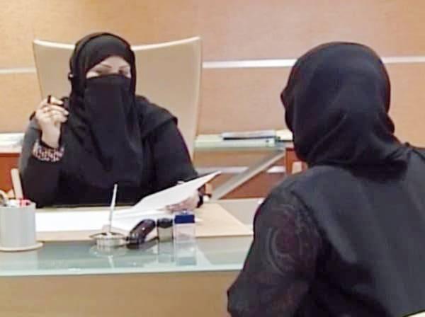 محامية سعودية تستمع لقضية مواطنة.