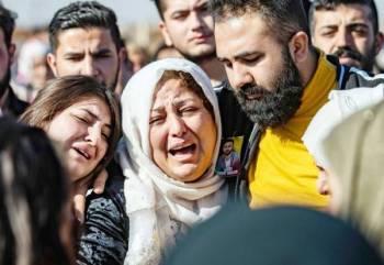 كرديتان سوريتان تبكيان خلال تشييع نوبار إبراهيم (15 عاماً) الذي توفي متأثراً بجراحه في تفجيرات استهدفت القامشلي أمس. (أ.ف.ب)