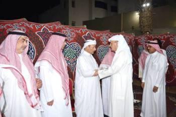 الأمير خالد بن عبدالله مقدما واجب العزاء أمس. (تصوير: عبدالسلام السلمي)