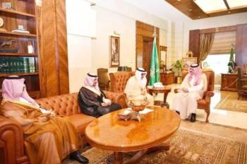 الأمير مشعل بن ماجد أثناء استقباله رئيس مجلس إدارة غرفة جدة.