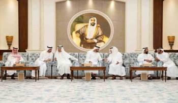 الأمير خالد الفيصل لدى لقائه الشيخ محمد بن زايد.