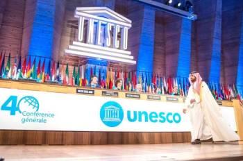 الأمير بدر بن فرحان قبل إلقائه كلمة المملكة في اليونسكو.