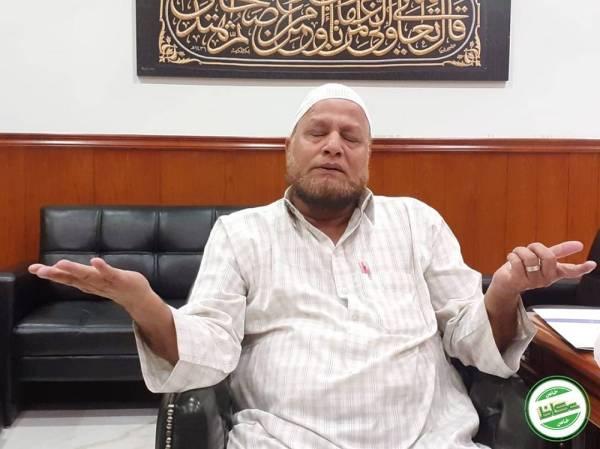 عبدالغفور متأثراً أثناء حديثه إلى «عكاظ»