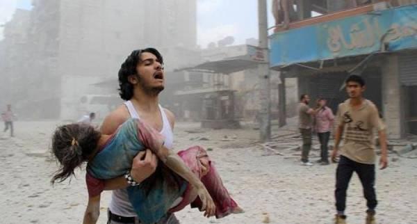 محاولة إنقاذ طفلة أصيبت جراء الحرب