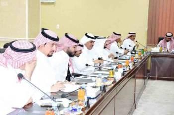 رئيس وأعضاء المجلس البلدي لأمانة الطائف أثناء الجلسة.