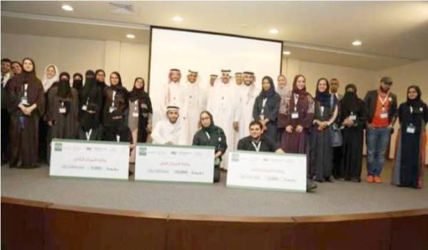 لجان التحكيم تحتفي مع الفرق الفائزة في مسابقة رواد الأعمال.