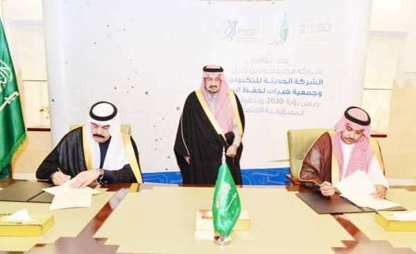 أمير الرياض يرعى توقيع الاتفاقية.