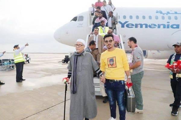 يمنيون يصلون مطار الريان بحضرموت قادمين من القاهرة على متن الخطوط اليمنية في أول رحلة منذ 4 سنوات أمس. (إعلام الشرعية)