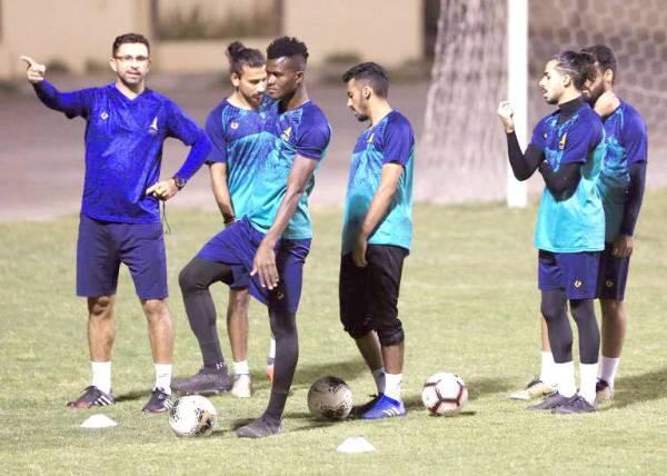 لاعبو الخليج يستمعون لتوجيهات المدرب في التدريب الاخير.