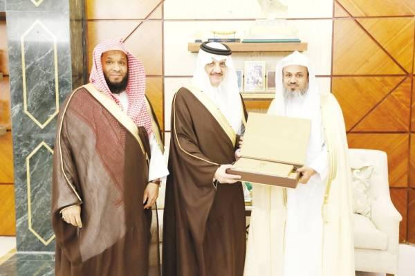 الأمير سعود بن نايف خلال اللقاء.