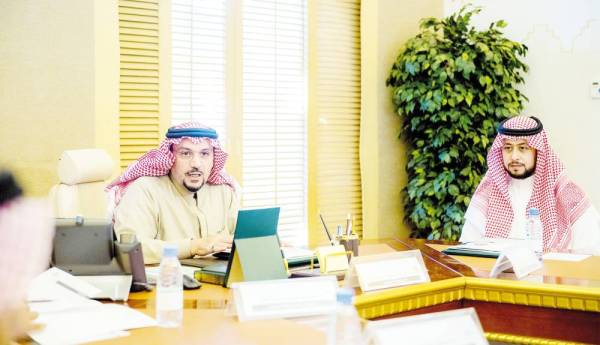 أمير القصيم مترئساً اجتماع جائزة البيئة.