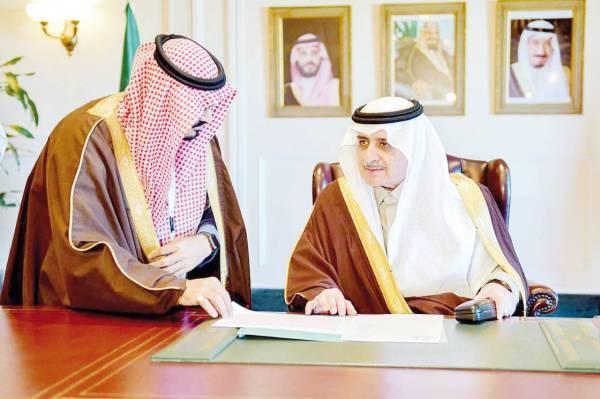 الأمير فهد بن سلطان يطلع على الأعمال التطوعية.