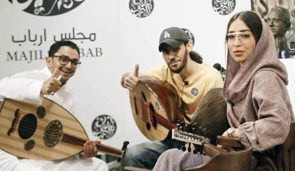 الزميل إبراهيم عقيلي في حصة عزف على العود مع نداء التركي.