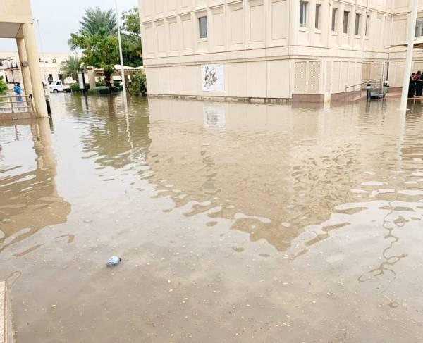 مبنى طالبات جامعة المؤسس تضرر عقب هطول الأمطار.