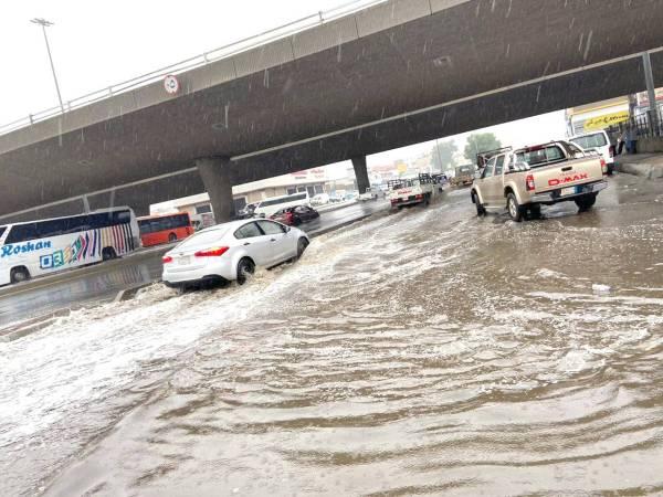 تجمعات المياه بعد أمطار جدة أمس .