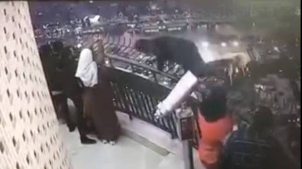 لحظة انتحار نادر جميل من برج القاهرة.