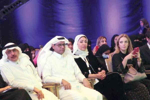 الزميل جميل الذيابي ومحمد التونسي أثناء المنتدى.