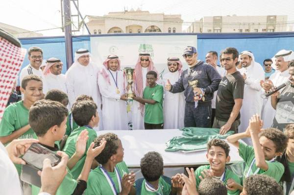 الشهري يسلم كأس البطولة للفريق الفائز مدرسة مزدلفة. (تصوير: أيمن البنان)