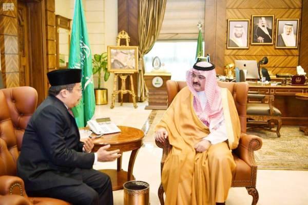 الأمير مشعل بن ماجد خلال استقباله القنصل الإندونيسي.